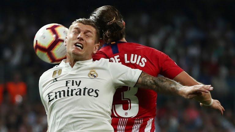 Toni Kroos y Filipe Luis luchan por un esférico